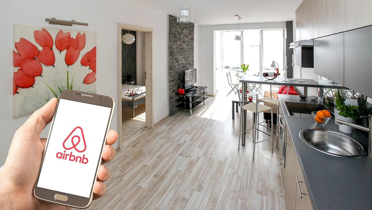 Airbnb je podle Petra Městeckého nelegální a turisté ruší ostatní obyvatele. Zdroj: Pixabay