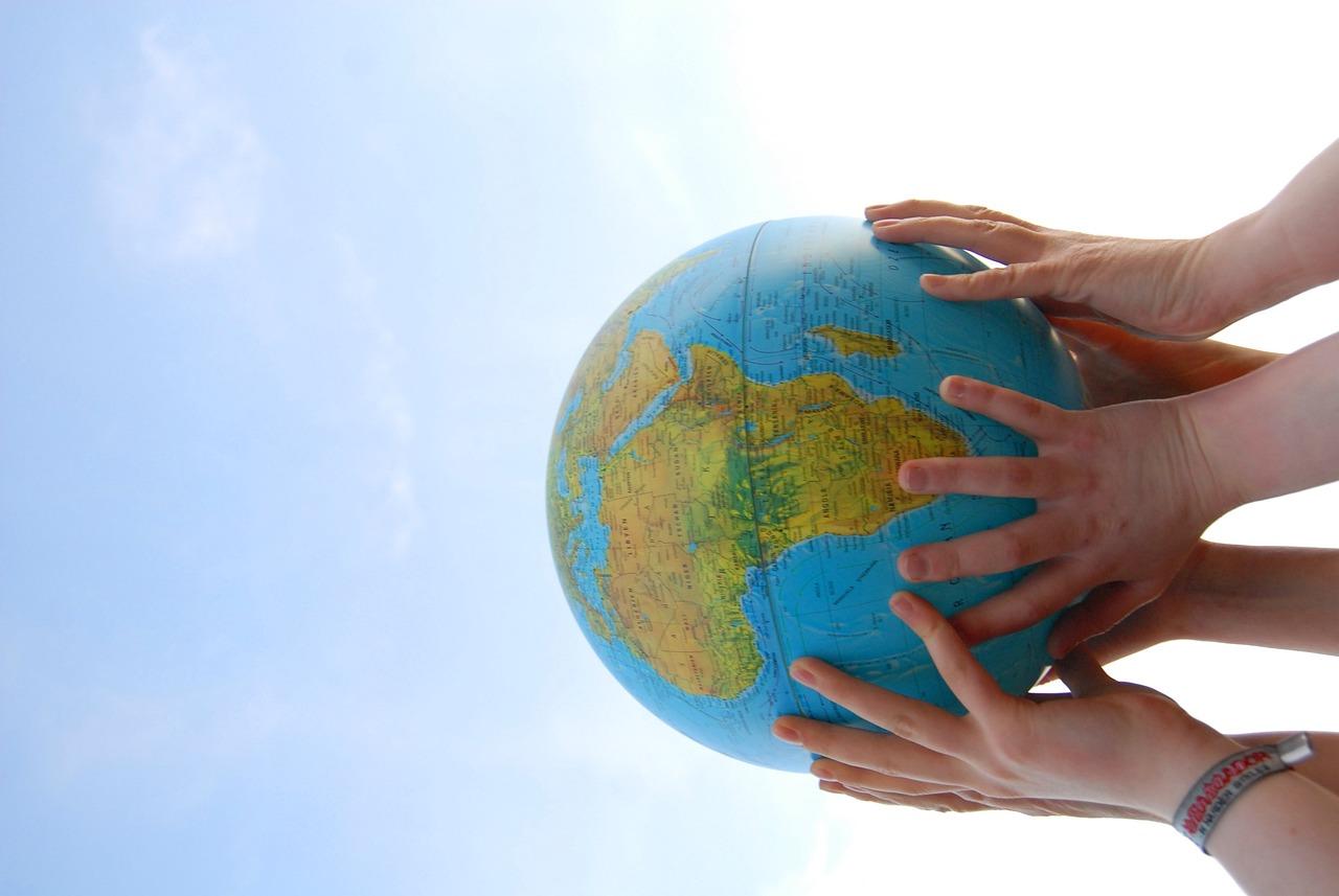 Картинка рук с глобусом