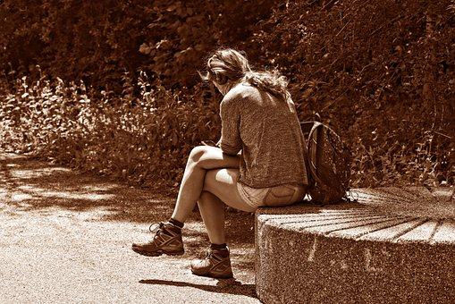 人, 女性, 孤独な, 1 つ, 座っている, 組んだ足, 読書, 濃度, 石