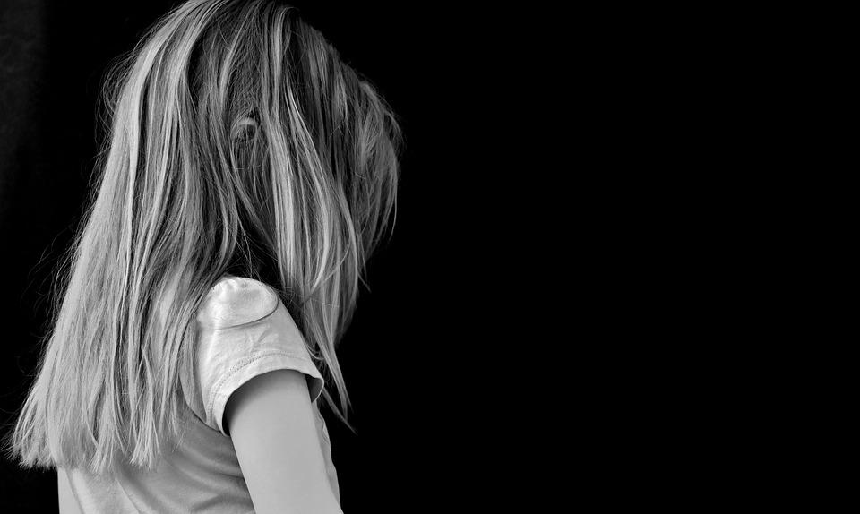 悲しそうに背中を見せる女の子