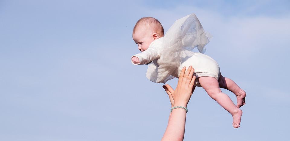 子, 赤ちゃん, 人間, 喜び, 小, 愛, 女の子, ドレス, 飛行, 追いつく, キャッチ, スロー, 手