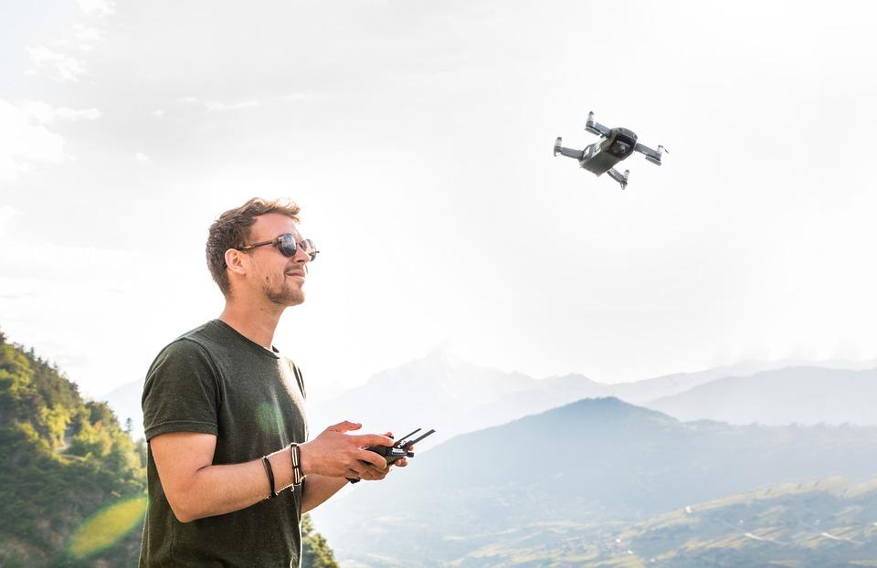 ドローン, 男, 無人機のパイロット, ヘリコプター, Quadrocopter, リモート制御, 飛行カメラ
