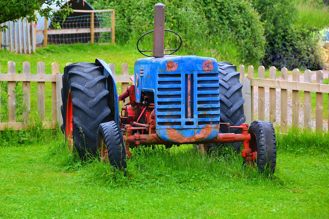 Картинки трактора в деревне