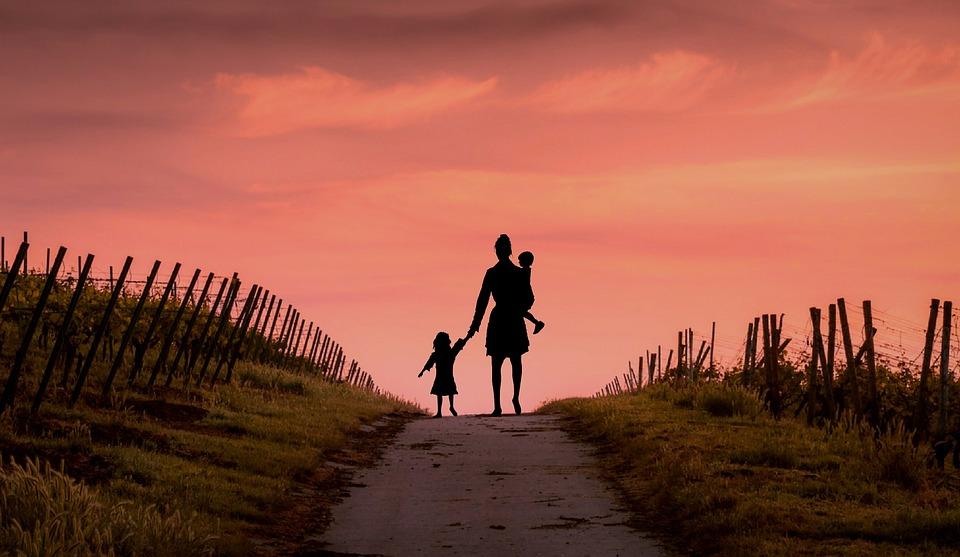 母, 意気消沈した, ホームレス, 赤ちゃん, だけで, Sonaaf, 孤独です, 貧しい, 距離, 物ごい