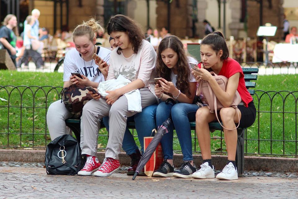 สาว ๆ, โทรศัพท์มือถือ, นั่งอยู่, ฟุ้งซ่าน, เซลล์