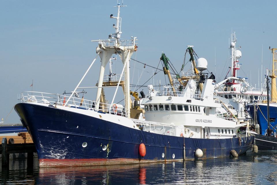 Фотографии промысловых судов в море