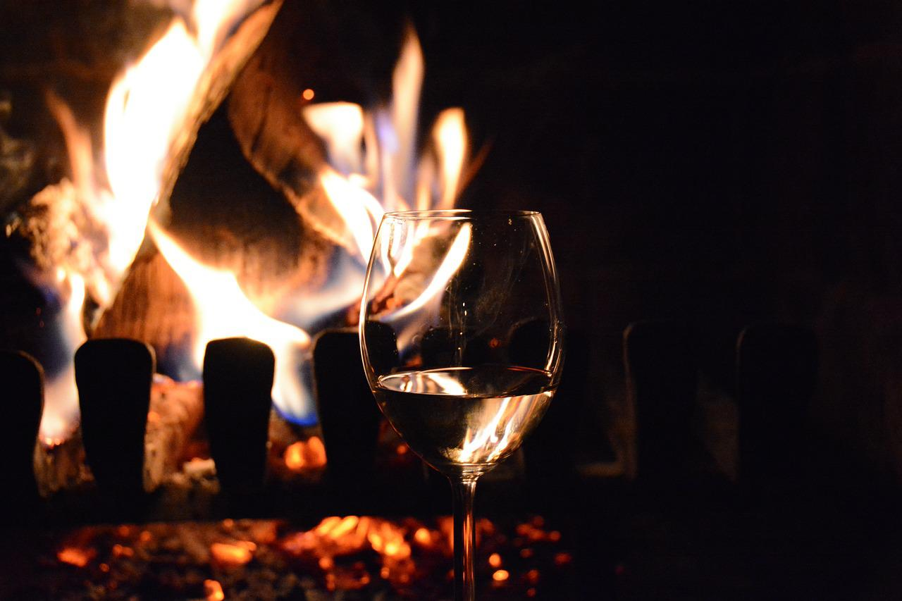 Картинки девушка у камина с бокалом вина