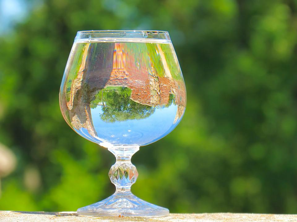 https://cdn.pixabay.com/photo/2018/07/16/09/16/glass-of-water-3541482_960_720.jpg