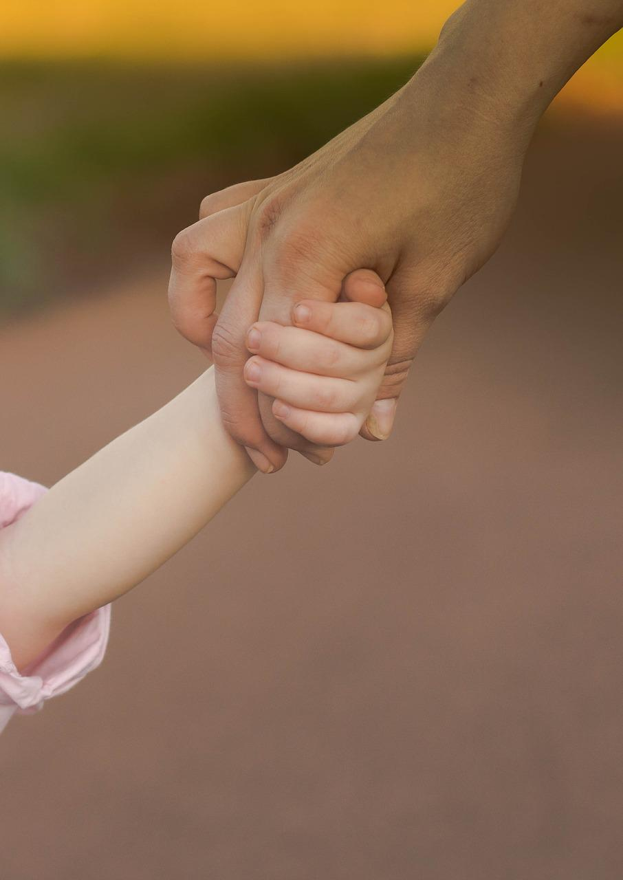 Детская рука во взрослой картинки