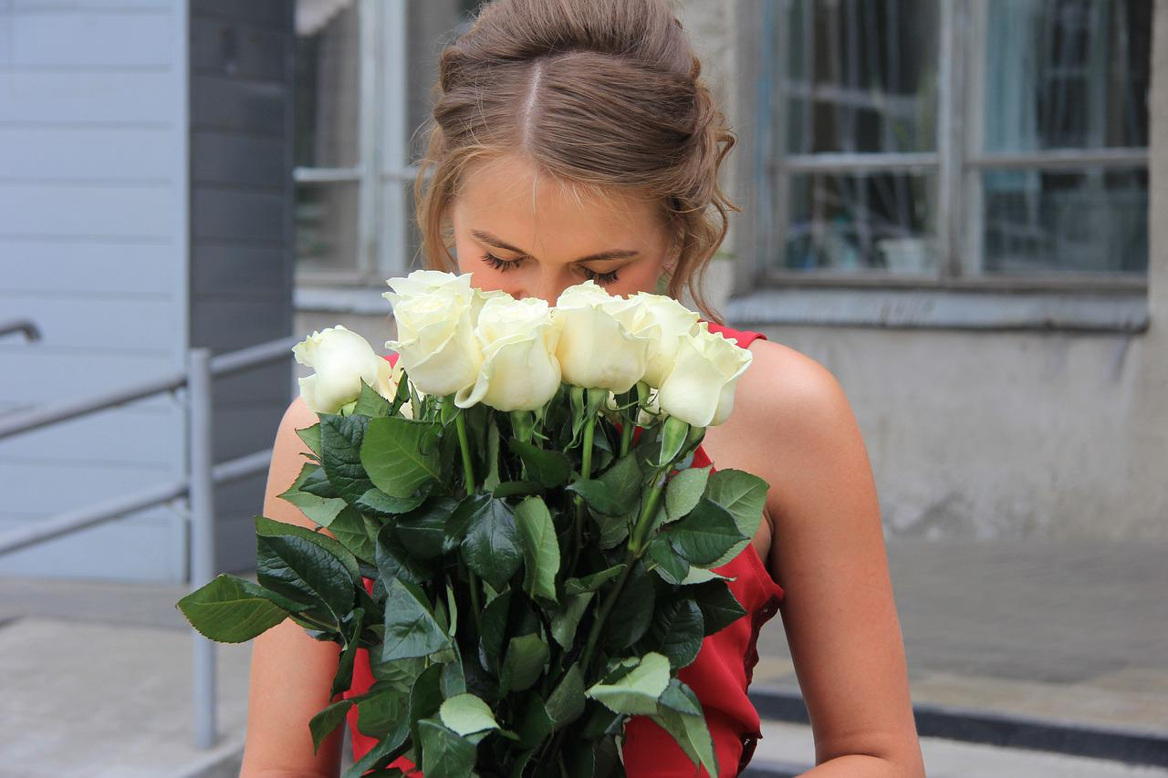 Девушки с букетами белых роз картинки
