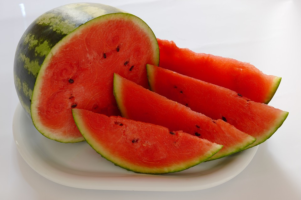 https://cdn.pixabay.com/photo/2018/08/04/23/43/watermelon-3584717_960_720.jpg