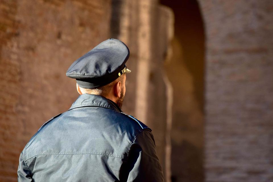 Профессия охранник: разновидности, плюсы и минусы, требования, работа, зарплата и карьера