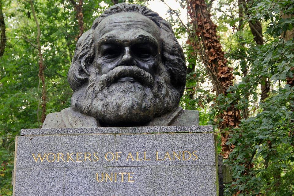 社会主義者カール・マルクスの石像(彫刻)