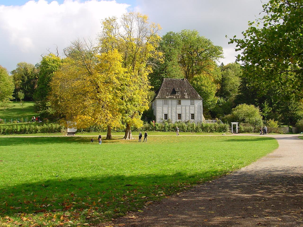 Домик в парке картинка