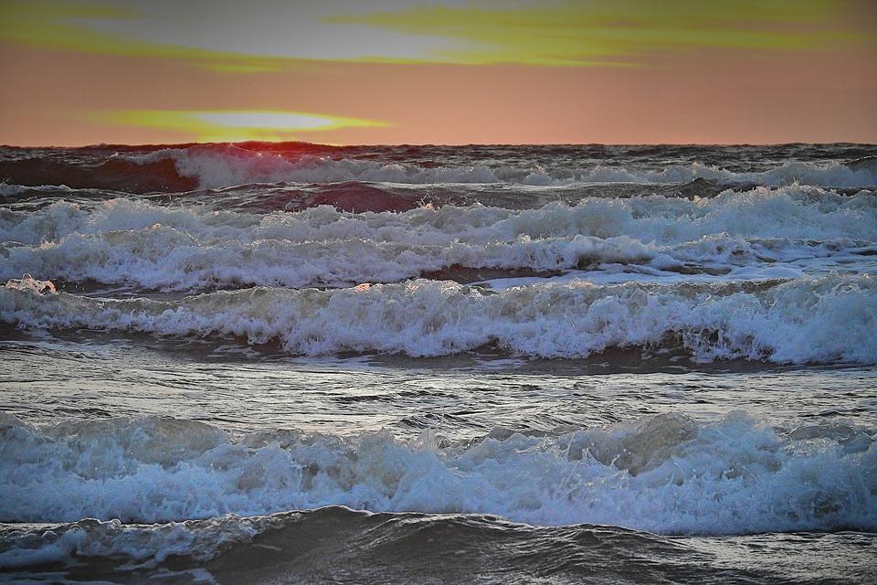 Παρασύρθηκε από τα κύματα και χτύπησε τον ώμο της