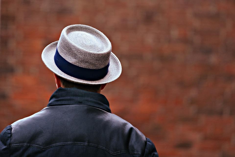 男, 帽子, 戻る, 肩, 立っている, ヘッドギア, 背後から, 壁