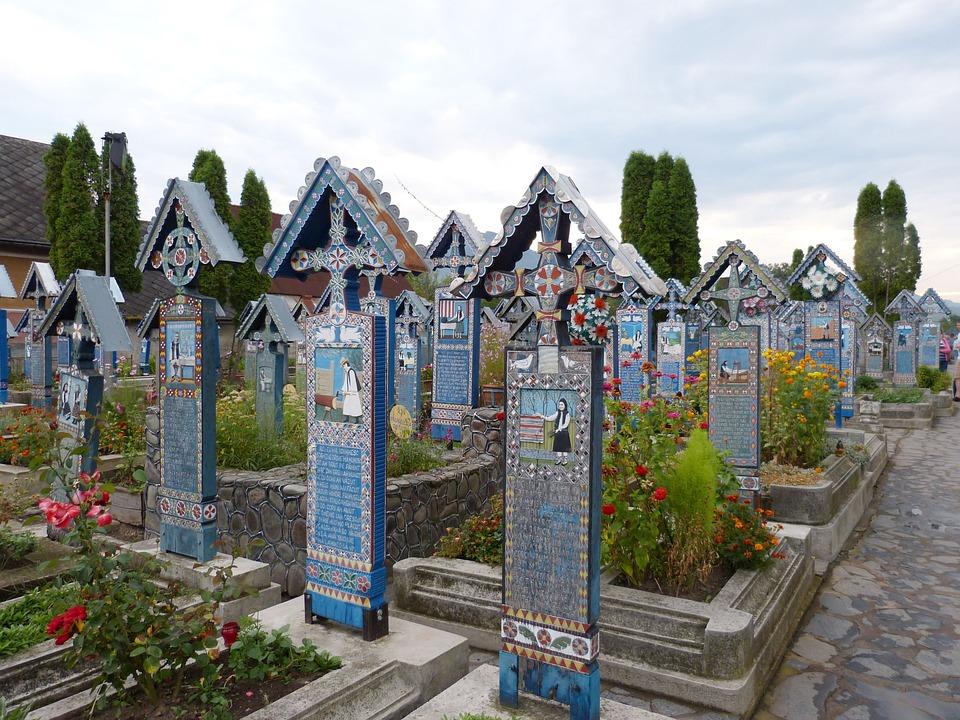 Visión del cementerio de Sapantza donde se puede apreciar el cromatismo azul. Además, crea una diferencia notable con la imagen habitual de un cementerio.