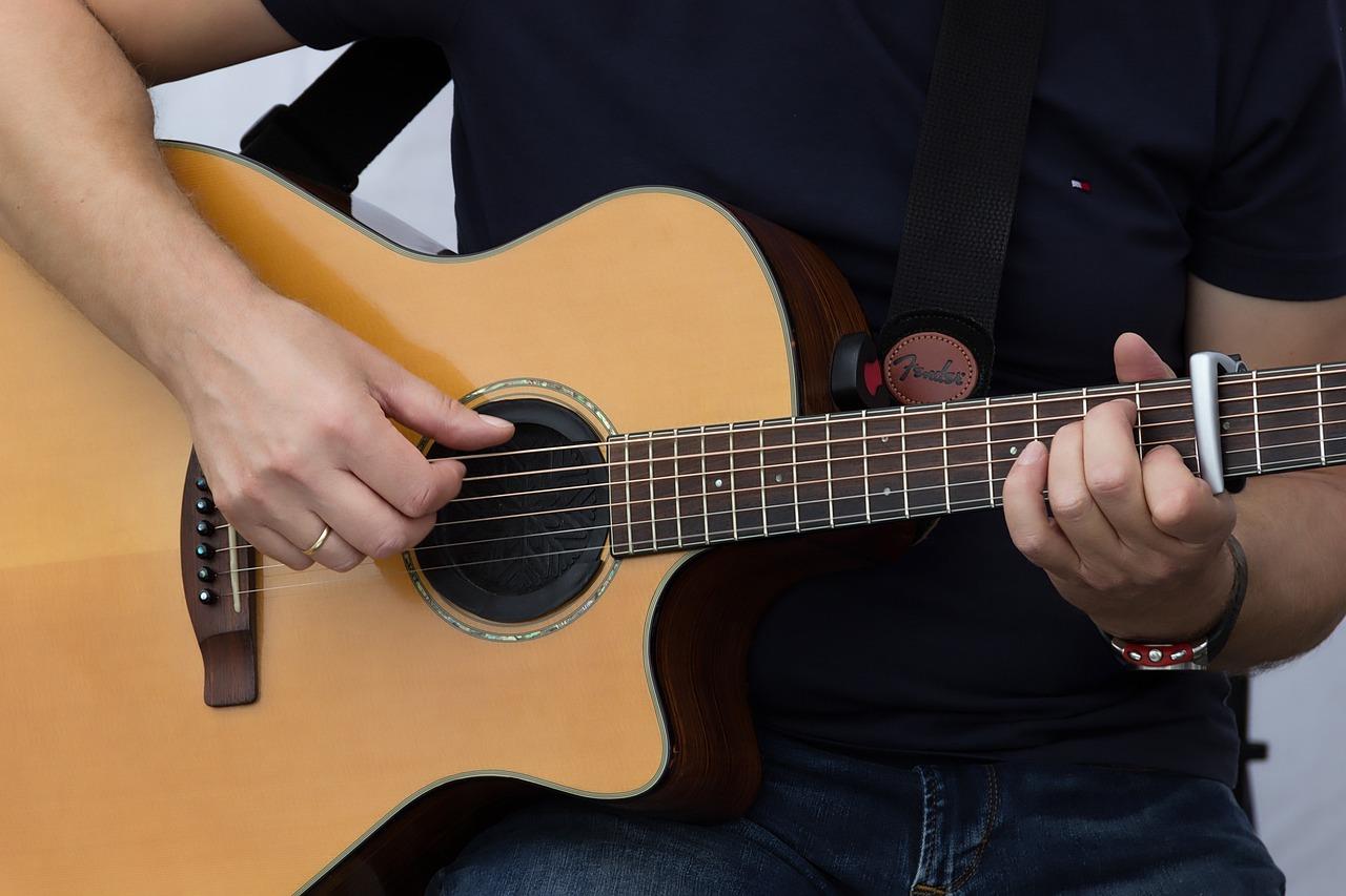 Гитара в руке картинки