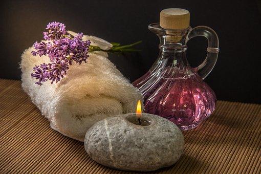 gorącą świecą z różnymi zapachami: lawenda, róża, jasmin, orchidea, trawa cytrynowa
