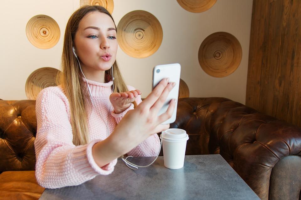 女の子, 若い, ボード, 携帯電話, 携帯, カフェ, 笑顔, コーヒー, 用途, インターネット, 美しい