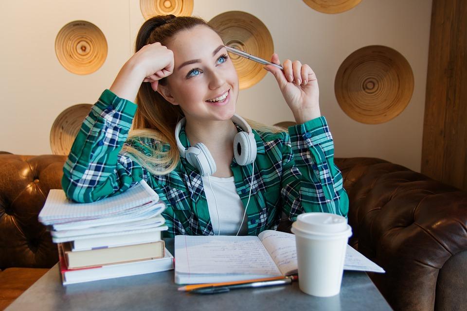 女の子, 若い, 学生, 座ります, テーブル, 図書, ノート, ペン, 研究, 宿題, ジョブ, 思う