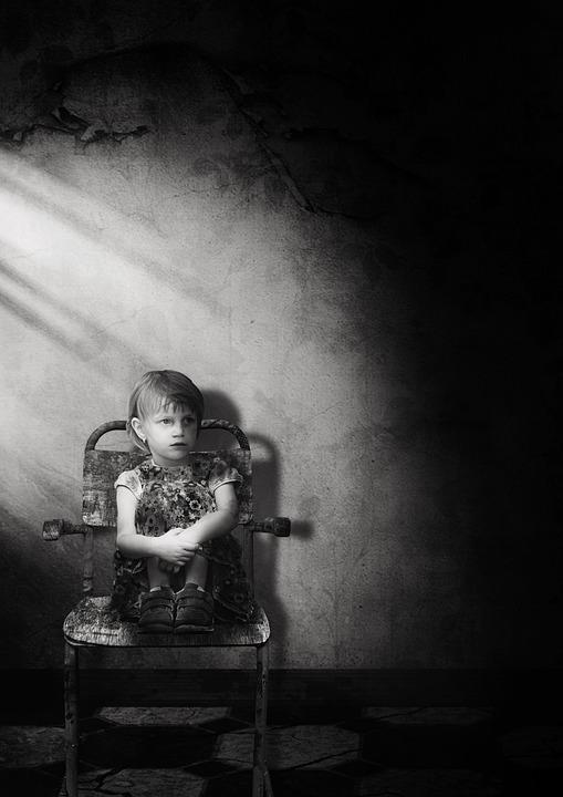 Kind und stiller Stuhl