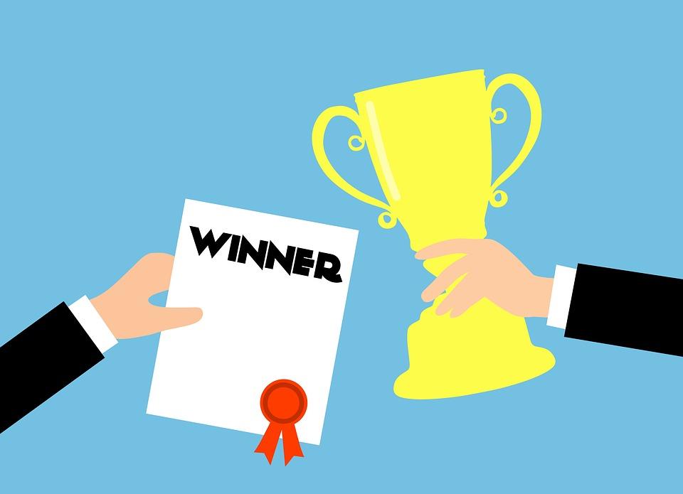 賞を受賞, ビジネス, 受賞者, 認識, ゴールド, カップ, 達成, 成功, 手, ベスト, トロフィー