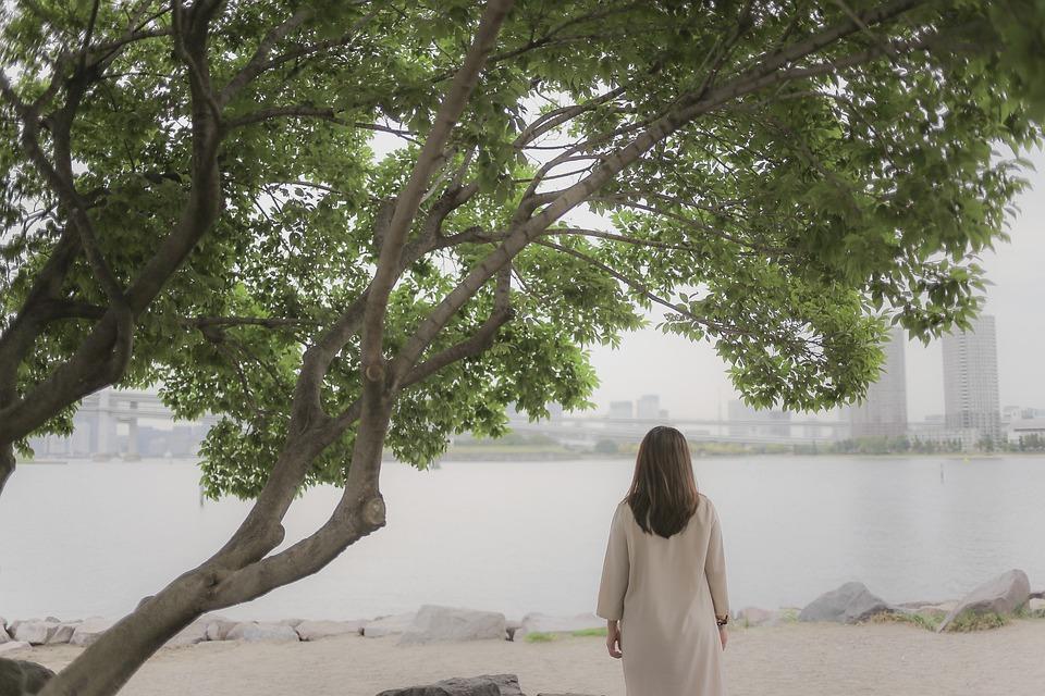 女の子, 孤独です, 日本, お台場, ツリー, ビーチ