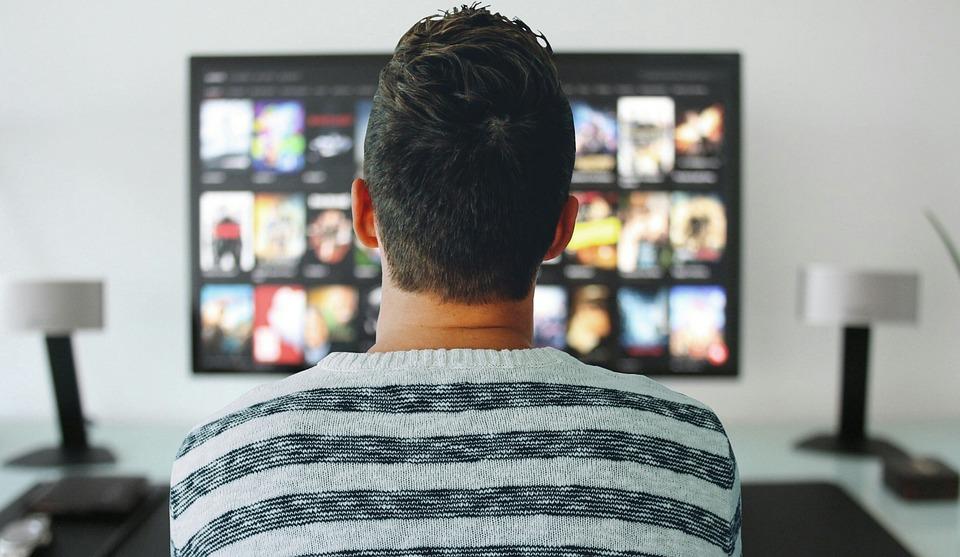 テレビ, 男, 見, ルーム, オフィス, 近代的な, 技術, 画面, 見制御, ホーム, デスク, テーブル