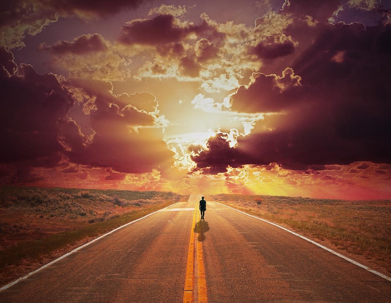 Человек идущий по дороге картинка