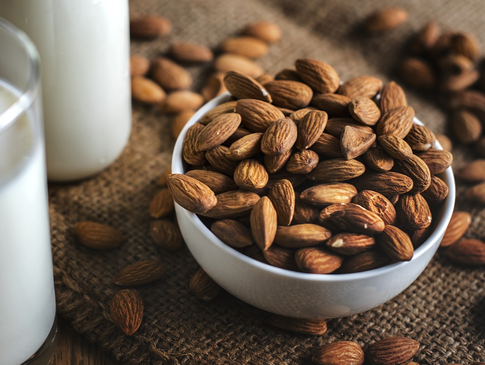 Siapkan susu almond dan kacang-kacangan yang akan membantu meningkatkan produksi ASI setelah melahirkan. (Foto: Pixabay)