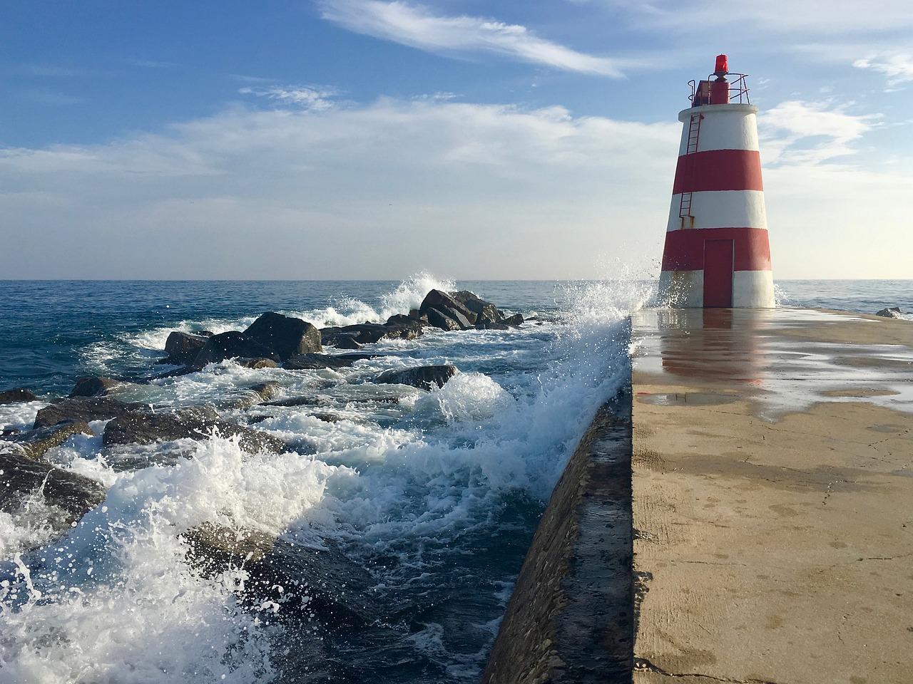 маяк в океане фото создавал фильм, настоящий