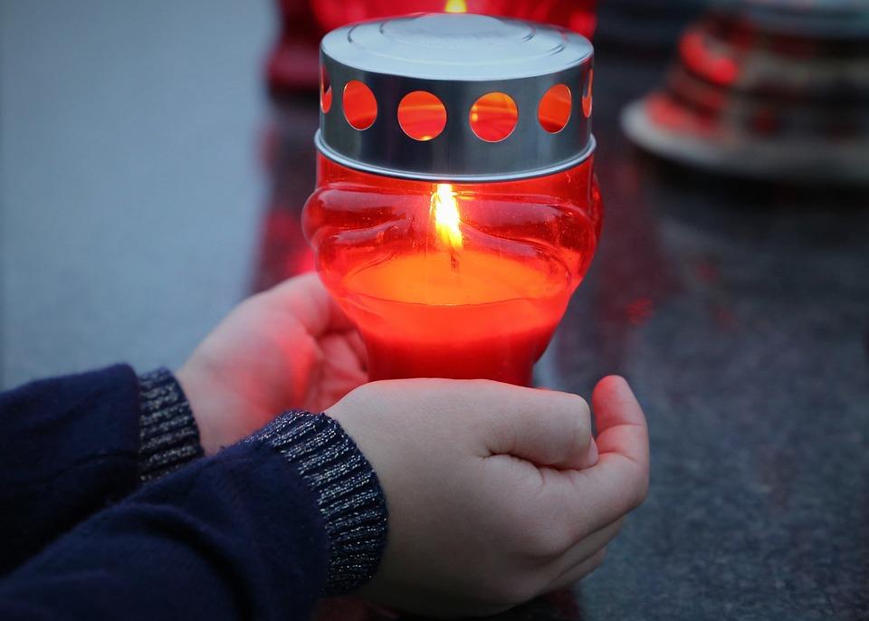 Σταμάτα Ενηλίκων Αυτοκτονία, Κερί Στο Παιδί Τα Χέρια