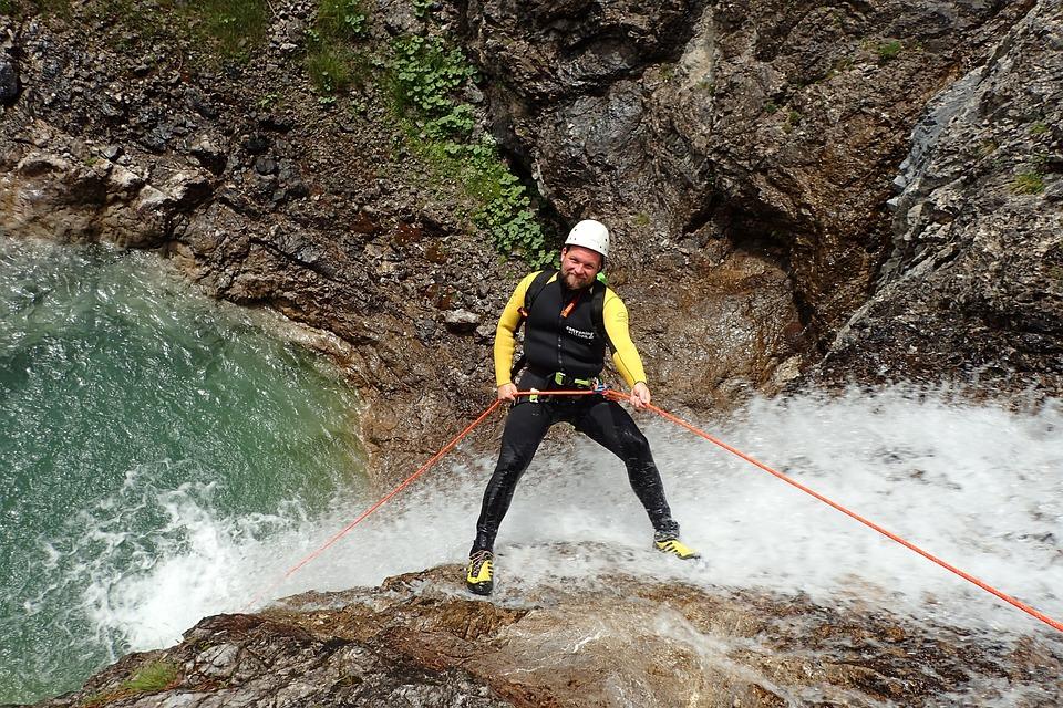 In einem Wasserfall abseilen als Bucket List Idee - Ein Traum vieler Menschen und Teil von vielen Bucket Lists.