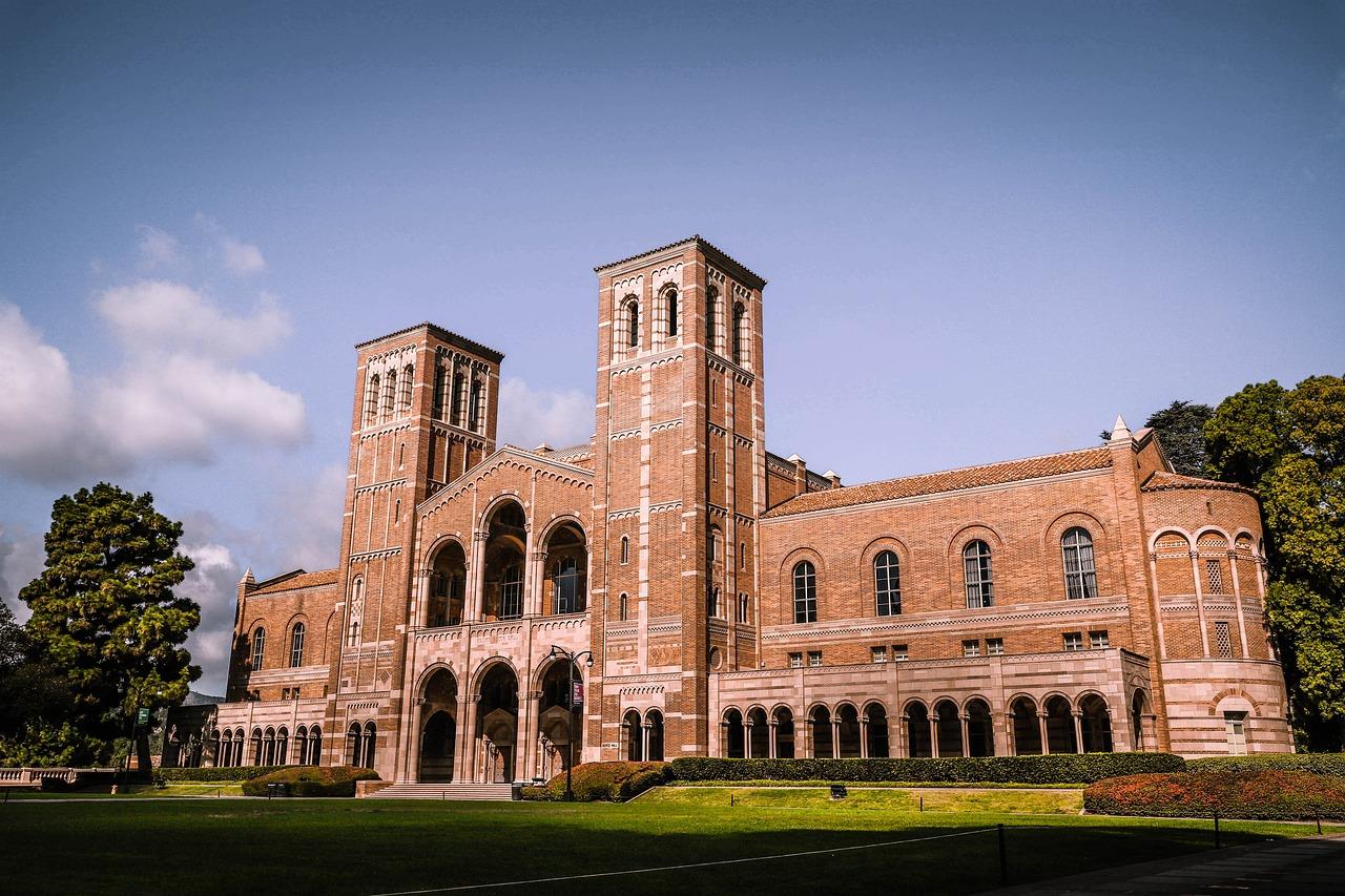 UCLA를 대표하는 건물인 Royce Hall