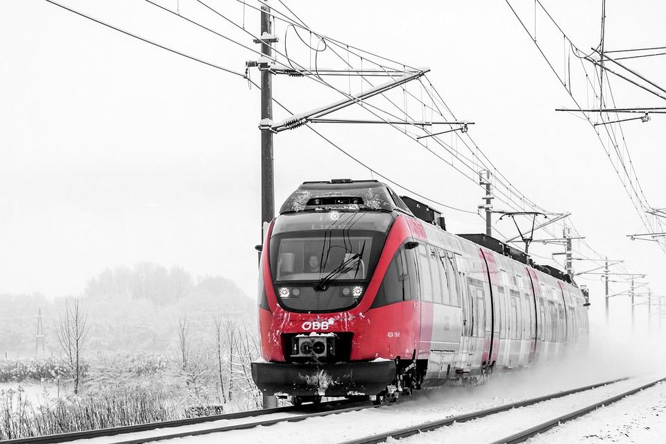 Мужчина попал под поезд на станции Старая Деревня