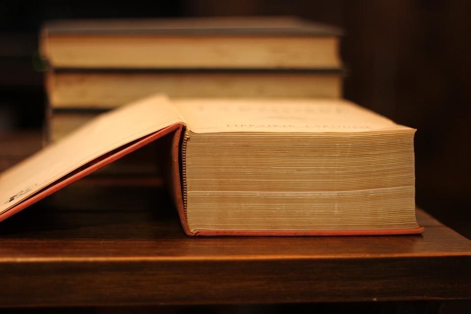 Première page d'un très gros livre. le nom du livre
