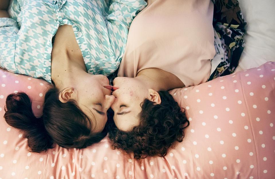 ベッド, ベッドルーム, カップル, ゲイ, 幸福, ホーム, 家, 愛しています, 親密です, キス