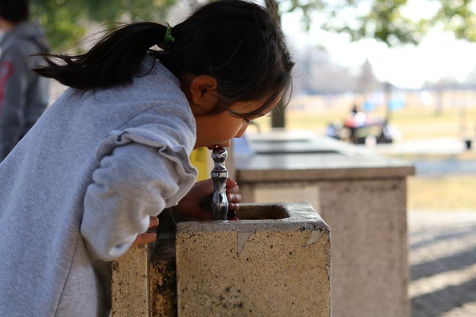 公園, 水飲み, 蛇口, 水飲み場, 子供, 女, 女の子, かわいい, 子, 女性, 愛らしい, 水, 横顔