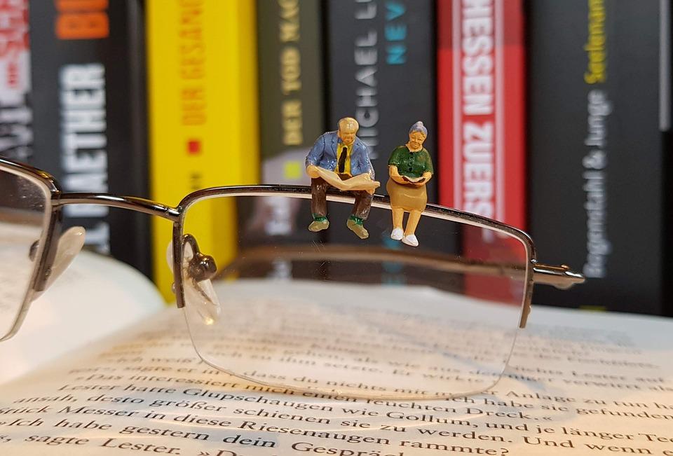 Buch, Lesen, Miniaturfiguren, Brille, Rentner, Bildung