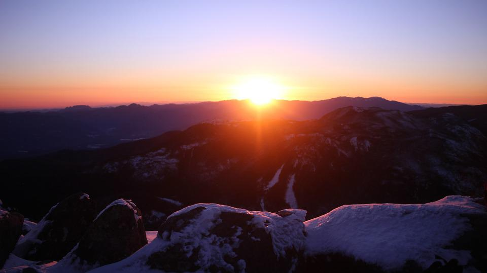 https://cdn.pixabay.com/photo/2019/02/26/07/10/snow-mountain-4021279_960_720.jpg