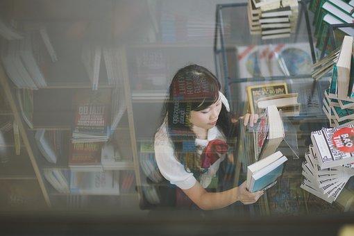 seorang wanita yang sedang memegang buku