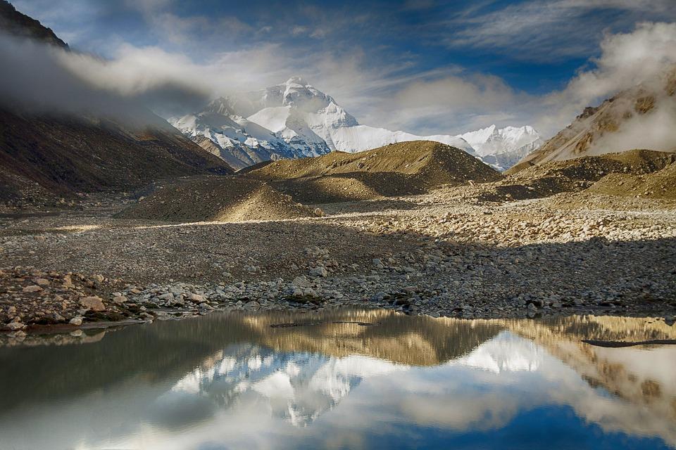 Mount Everest, najvyššia hora sveta, je o dva metre vyššia