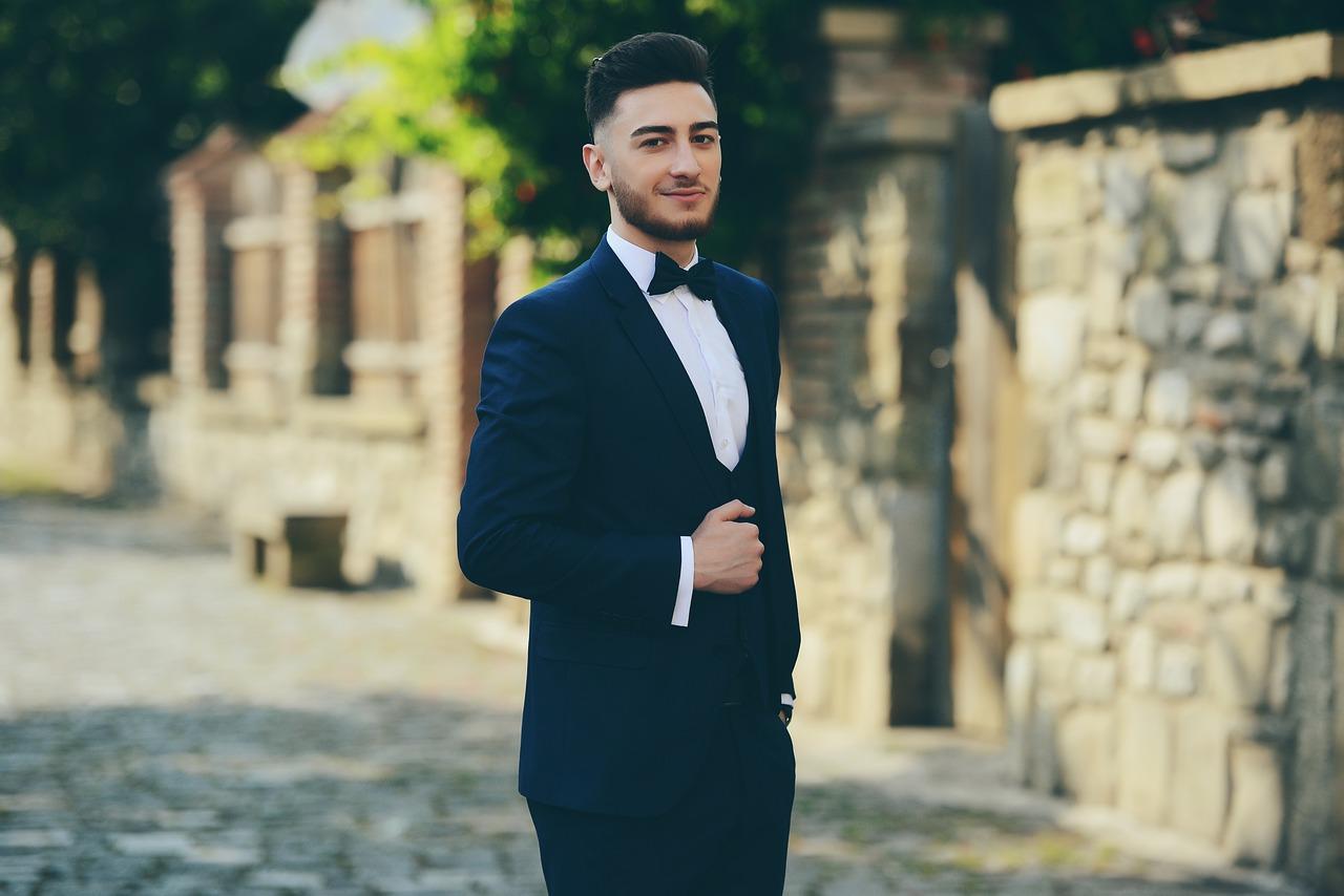 muž ve společenském obleku