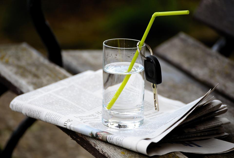 水, 水のガラス, 車のキー, イグニッションキー, キー, ノーアルコールはありません, アルコール フリー