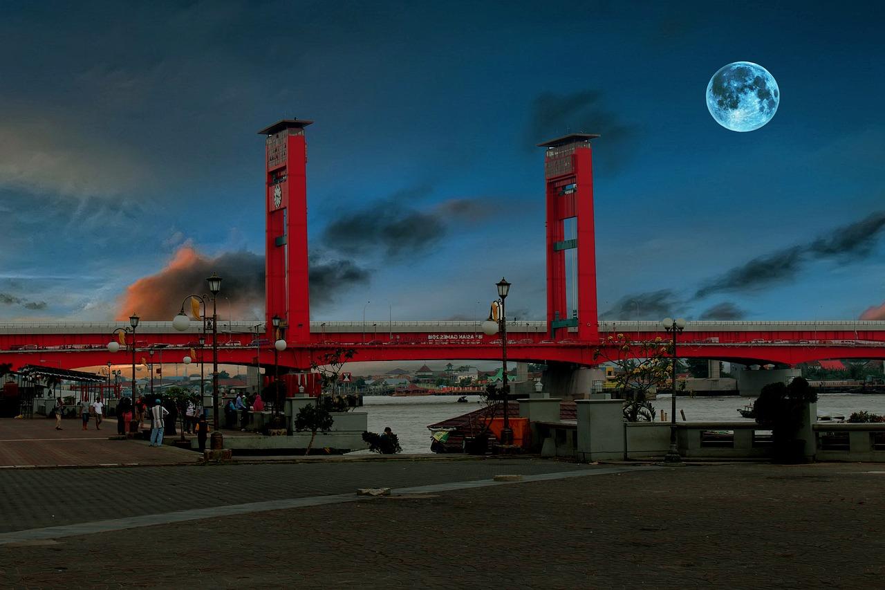 Palembang yang terkenal dengan jembatan Ampera nya merupakan salah satu kota terbesar di Indonesia