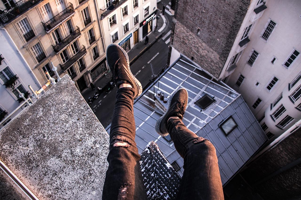 подобных человек падает с крыши картинки что скульптор отобразил