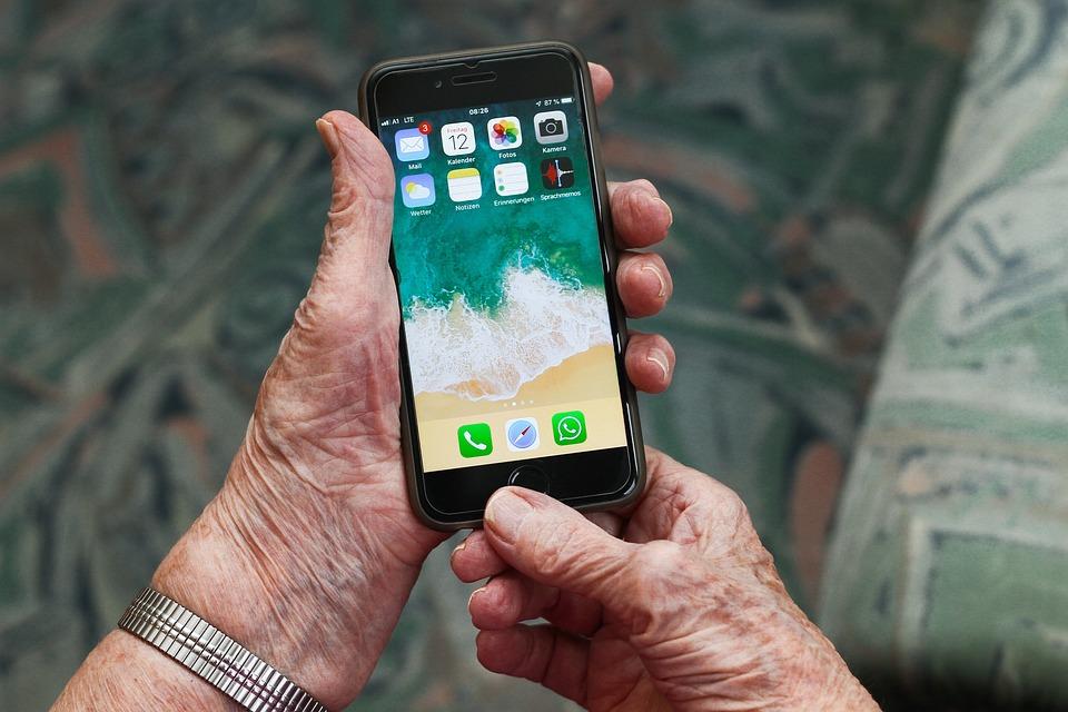 Iphone, Nonna, Telefono Cellulare, Comunicazione