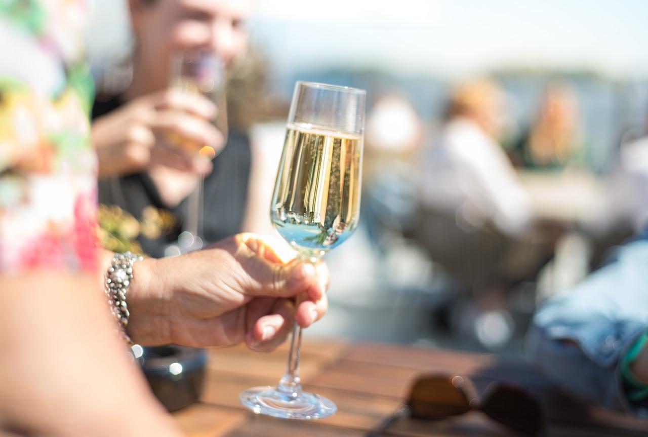 pezsgő, pohár etikett