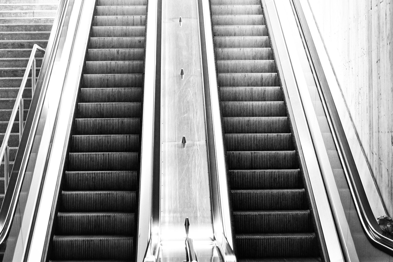 плакала, картинки лестница вверх и вниз чаще всего снимают